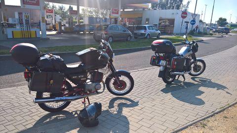 f4e5d527d059 Üröm közelébe érve kerestünk egy benzinkutat, hogy a motorok is tele  tankkal pihenjenek meg, majd ezután megérkeztünk a szállásadónkhoz.